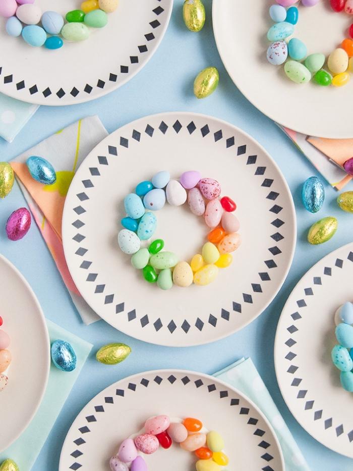 basteln für den ostertisch, tisch dekoieren, kranz aus bunten eiern, tischdekoration in den regenbogenfarben
