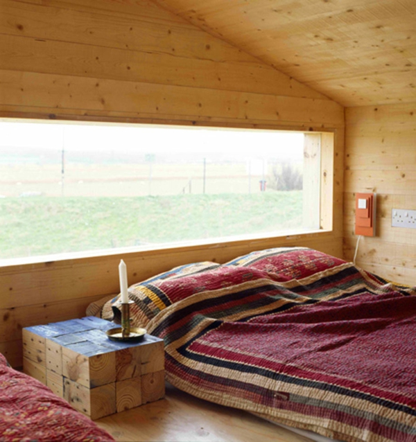 schlafzimmer imlandhausstil - interessantes großes fenster