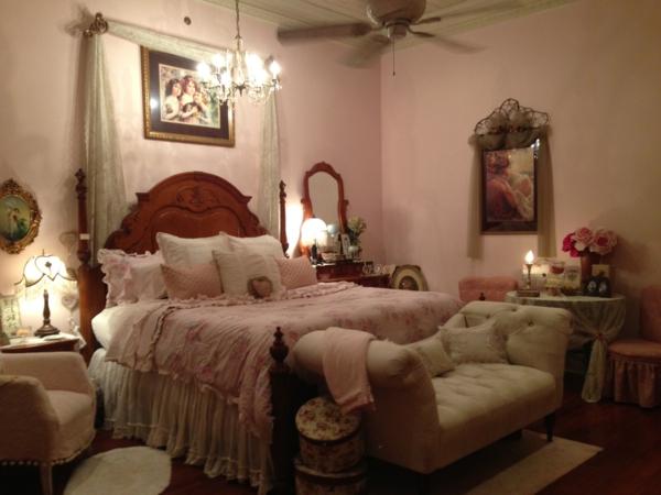 romantischeliebe inspiration - viele dekokissen auf dem bett im schlafzimmer