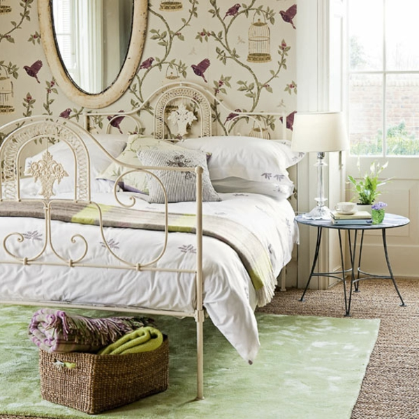 schlafzimmer imlandhausstil - ovaler spiegel über dem weißen bett