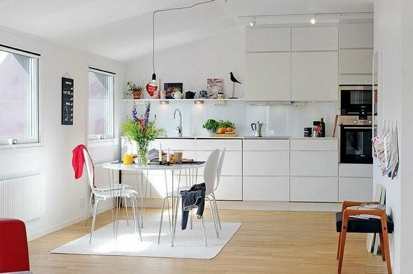 schwedische Möbel - gemütliche weiße küche mit einem kleinen esstisch