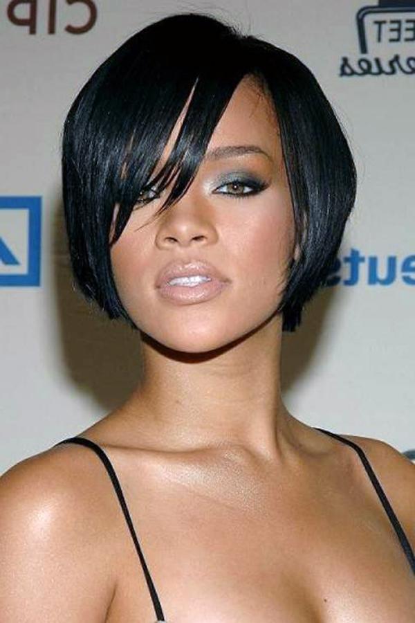Frisuren für runde Gesichter - rihanna mit kurzen schwarzen haaren