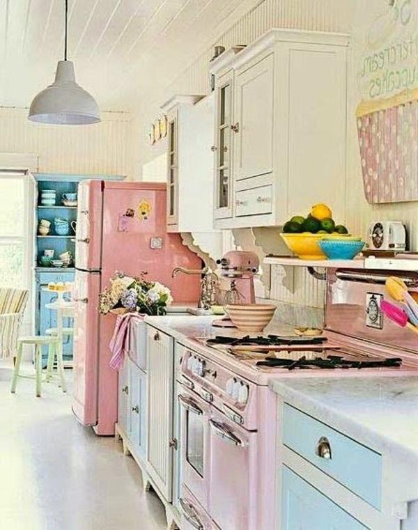 bunte-süße-möbelstücke-in-einer-vintage-küche