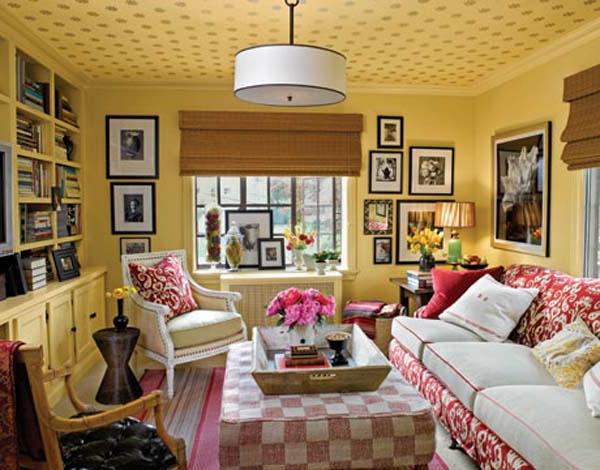 landhausdekoration - rosige rosen auf dem nesttisch im wohnzimmer