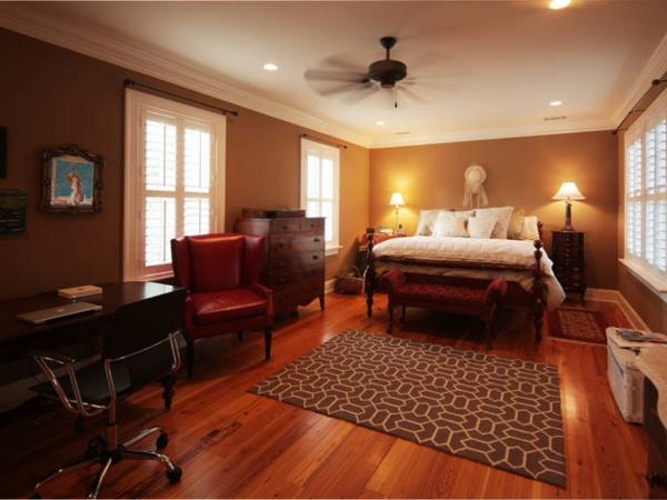 schlafzimmer imlandhausstil - roter sessel aus leder