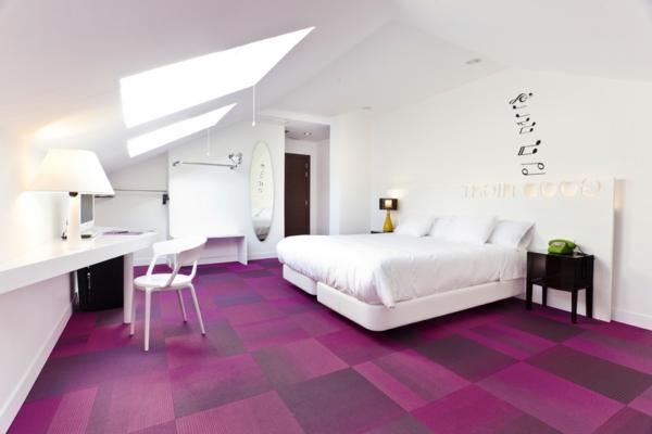 bunte Teppiche - lila modell im weißen schlafzimmer