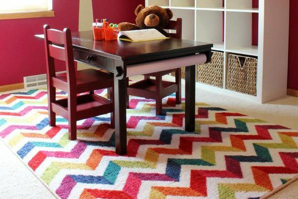 Teppich in bunten Farben - ein kleiner tisch darauf