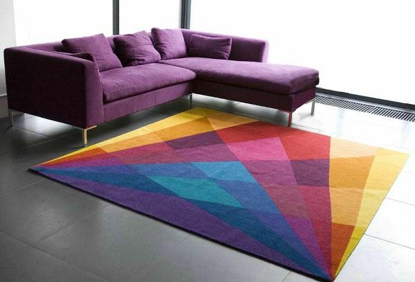 bunte Teppiche - lila sofa im modernen wohnzimmer