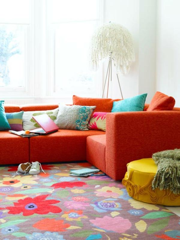 Teppich in bunten Farben neben einem sofa in orange