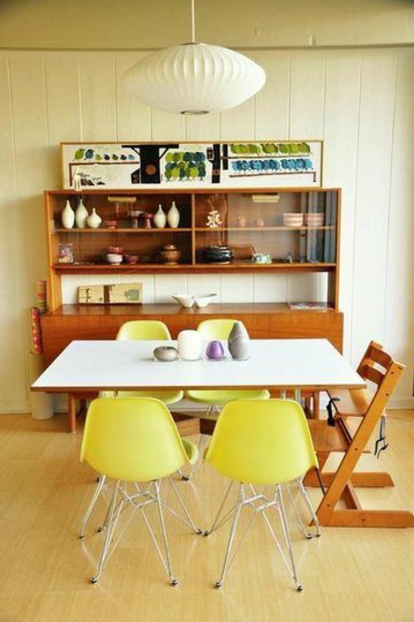cooler-weißer-esstisch-im-vintage-stil-und-gelbe-stühle-im-esszimmer