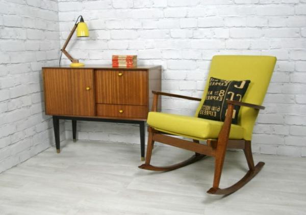 cooles-design-vom-gelben-retro-sessel-neben-einem-hölzernen-schrank -super cooles bild sehr interessante gestaltung sehr cooles bild- super coolen look schaffen