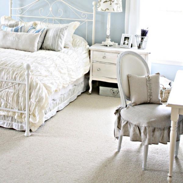 schlafzimmer imlandhausstil -  weiße möbelstücke