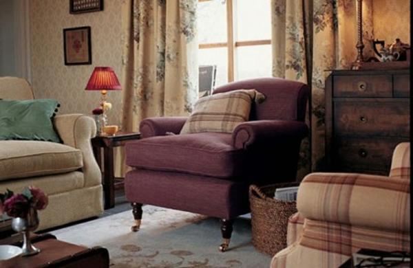 landhausdekoration -dekokissen auf dem lila sessel