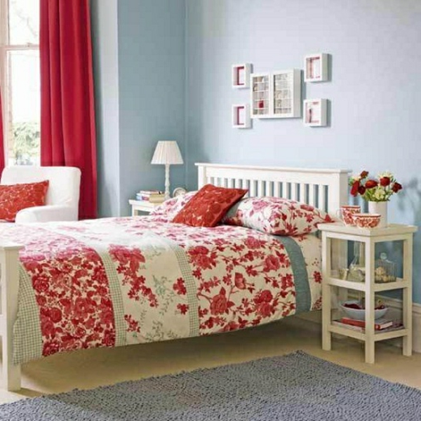 schlafzimmer imlandhausstil - viele kleine bilder an der blauen wand