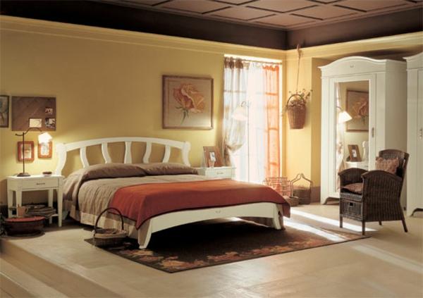 Schlafzimmer Im Landhausstil   Interessantes Bett Und Hohe Zimmerdecke