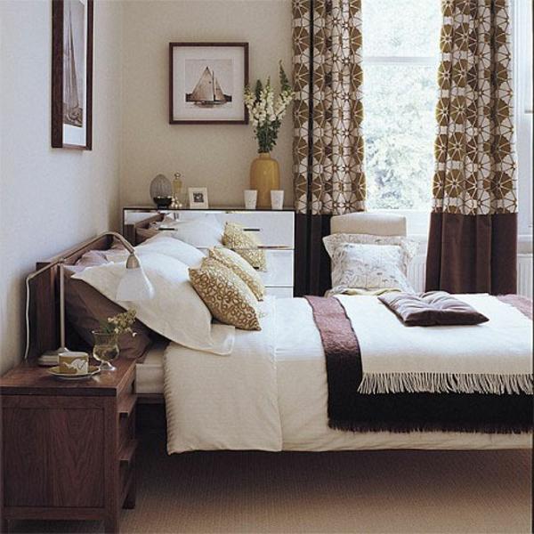 landhausdekoration -schöne gardinen und blumenstrauß daneben