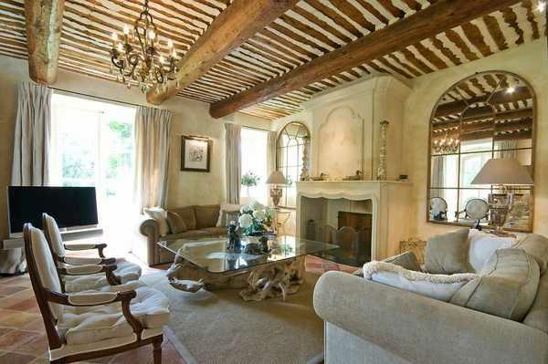 landhausdekoration -extravagante zimmerdecke im wohnzimmer