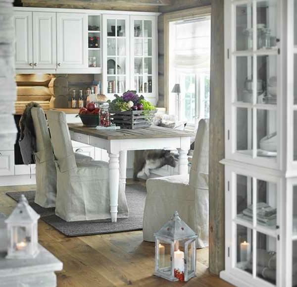 landhausdekoration -viele dekoartikel auf dem weißen esstisch