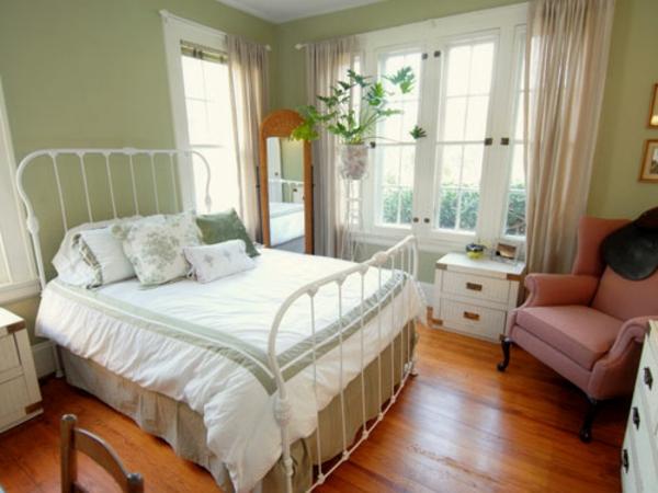 schlafzimmer im landhausstil - spiegel neben dem weißen bett