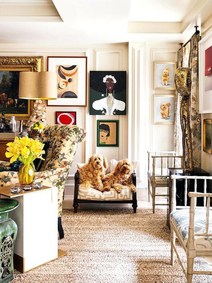Wohnzimmer Deko Ideen, Gemälde mit goldenen Rahmen, Sessel mit Blumenmuster, gelber Blumenstrauß in Glasvase