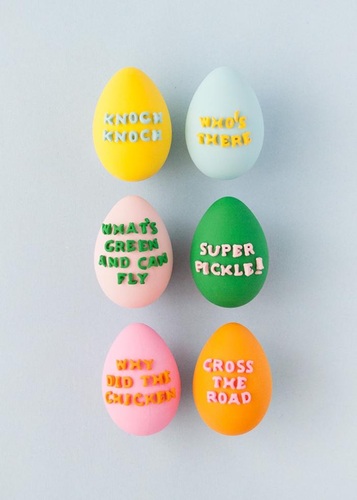 deko ostern, eier verzieren mit bunter farbe und buchstaben, ostereier dekorieren ideen