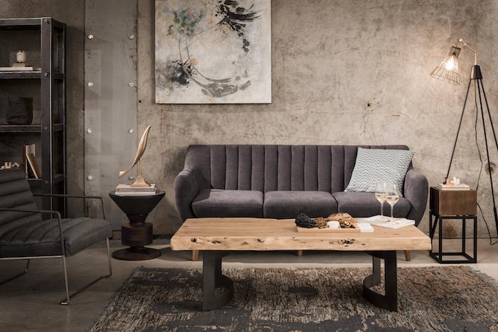 Wohnzimmer Einrichtung in Industrial Wohnstil, graues Sofa und Holztisch, industrial Stehlampe, abstraktes Gemälde