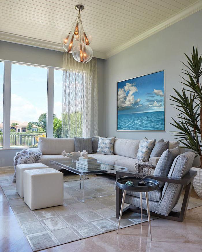 Wohnzimmer Einrichtung in Mediterranean Wohnstil, Einrichtung in hellen Nuancen, Meer Gemälde, große Grünpflanze