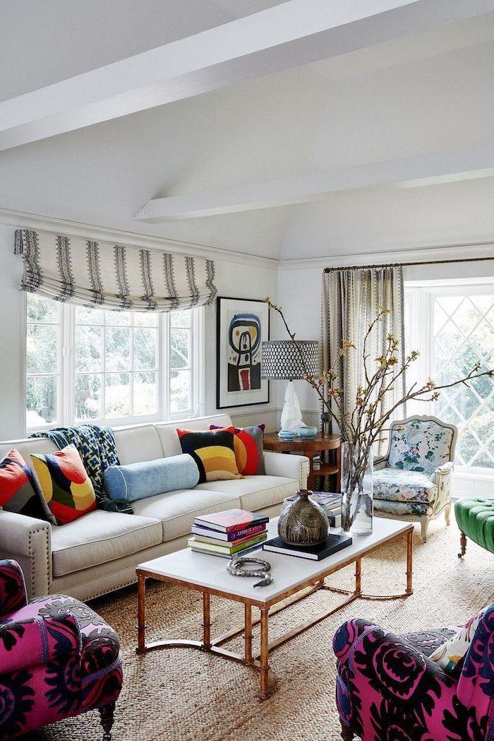 Wohnzimmer Einrichtung in Weiß mit Accessoires in grellen Farben aufpeppen, bunte Deko Kissen, abstraktes Gemälde