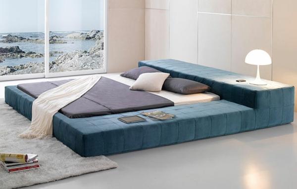 designer-bett-und-gläserne-wände-im-schlafzimmer