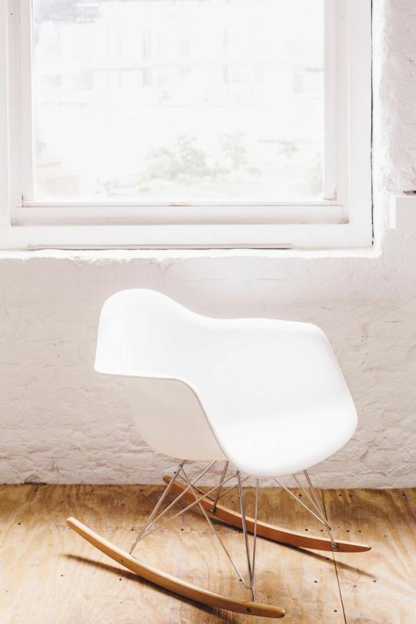 designer-stühle-weiß-schaukelstühle-mit-schönem-design