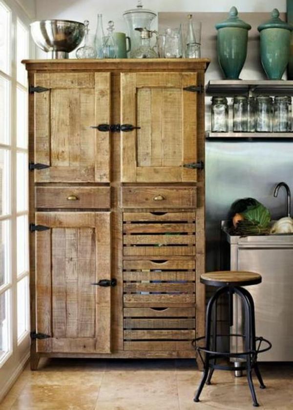 ein-großer-hölzerner-schrank-in-vintage-küche