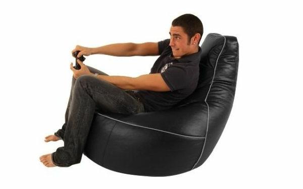 ein-junge-spielt-auf-einem-schwarzen-gaming-sessel-hintergrund-in-weißer-farbe-sehr schönes und cooles bild