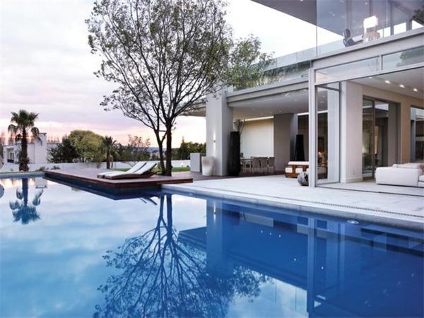 ein-traumhaus-mit-pool-und-unikaler--architektur-