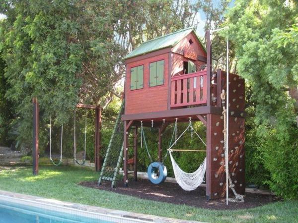 -ein-wunderbares-kinderhaus-zum-spielen-im-garten-