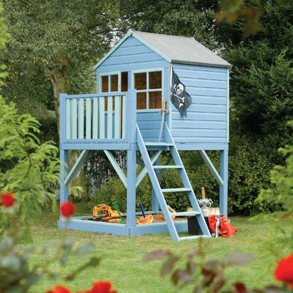 ein-wunderbares-kinderhaus-zum-spielen-im-garten-in-hellblau