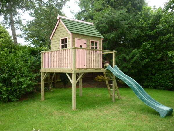 ein-wunderbares-kinderhaus-zum-spielen-im-garten