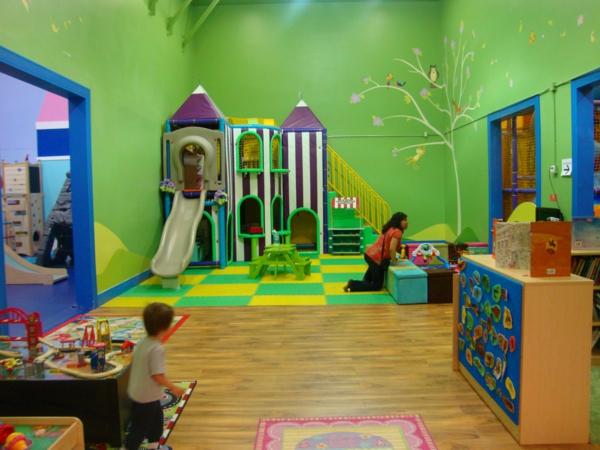 ein-wunderschönes-zimmer-spielplatz-für-die-kinder-mit-grünen-wänden