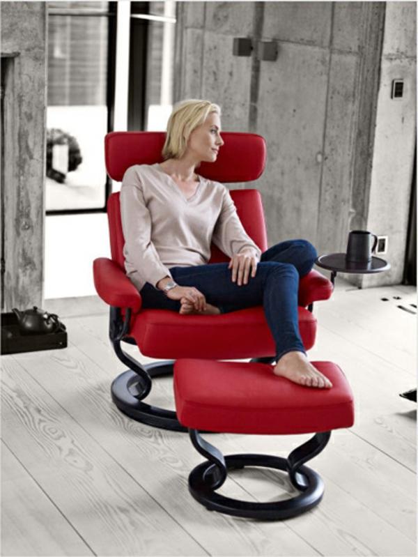 eine-blonde-frau-sitzt-auf-eine-sehr-eleganten-roten-stressless-sessel