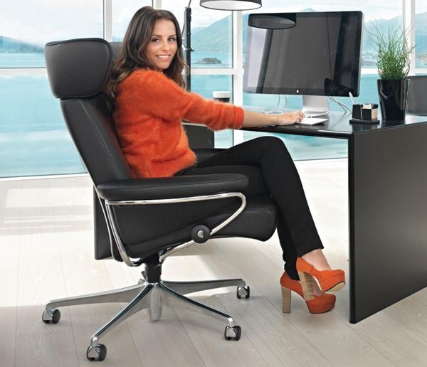 eine-coole-frau-sitzt-im-büro-aus-einem-stressless-sessel