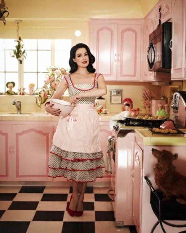 eine-hübsche-frau-kocht-in-einer-vintage-küche