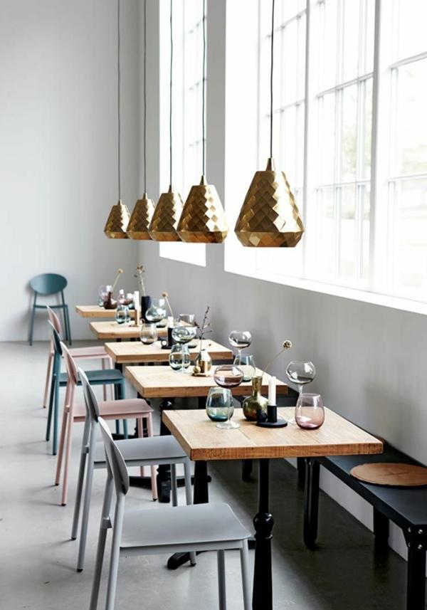 eine-schöne-holzbank-im-esszimmer-interior-design-ideen-originelle-einrichtung