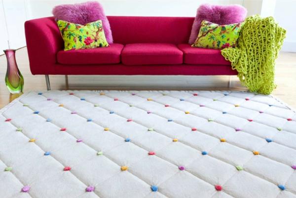 Teppich in bunten Farben- neben einem zyklamenfarbigen sofa