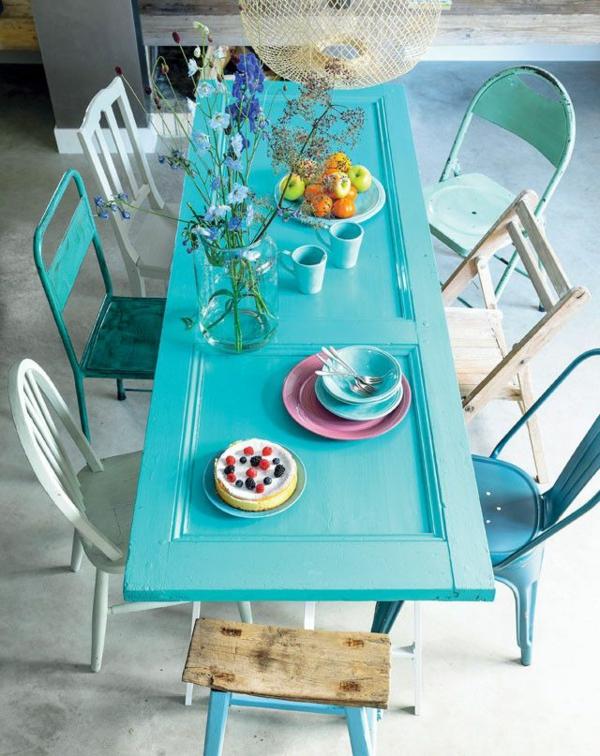 esszimmer-gestalten-schöne-und-moderne-einrichtungsideen-hellblauer-esstisch