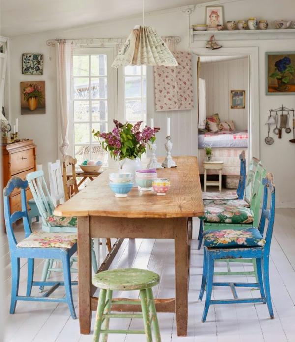 esszimmer-ideen-landhausstil-esstisch-esszimmerstühle-blau-vintage-design