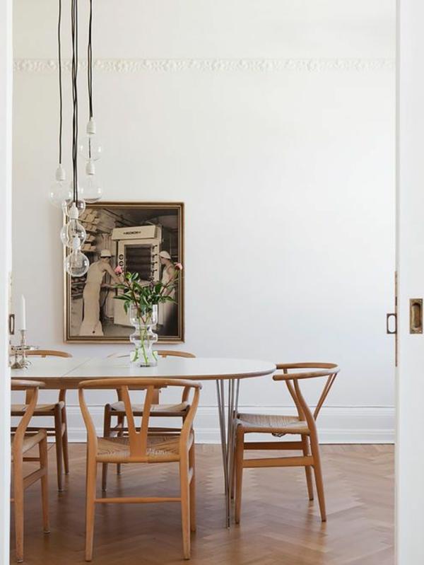modernes Esszimmer in Weiß und Grau   übergroße Pendelleuchten