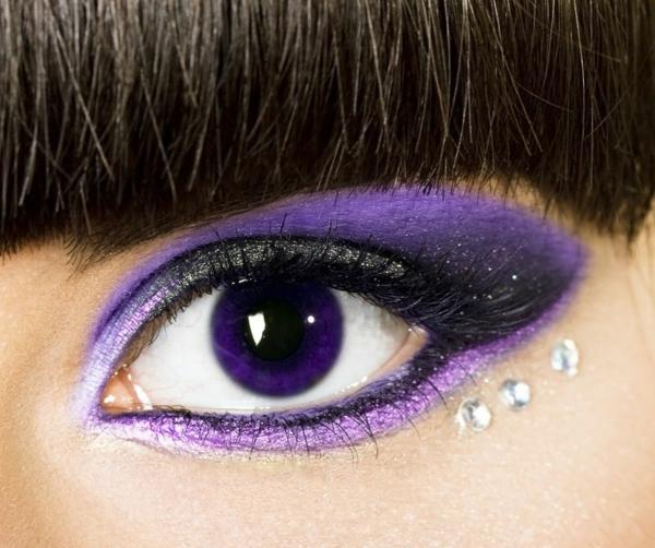 Kontaktlinsen in bunten farben - sehr interessantes lila auge