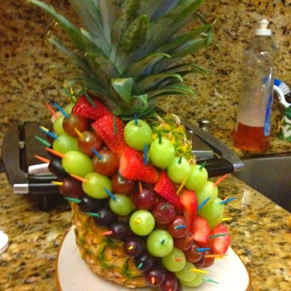 sehr originelle idee für obst dekoration mit ananas und anderen ...