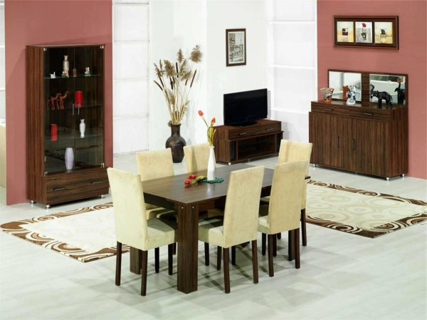 esszimmerset - eckiger esstisch aus holz und hellfarbige stühle