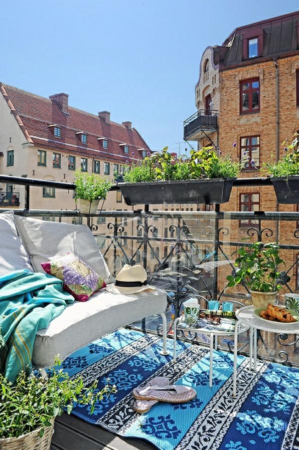 fantastischer-balkon-verschönern-balkon-deko-ideen-balkongestaltung-balkonmöbel-blauer-teppich Balkon - Deko Ideen