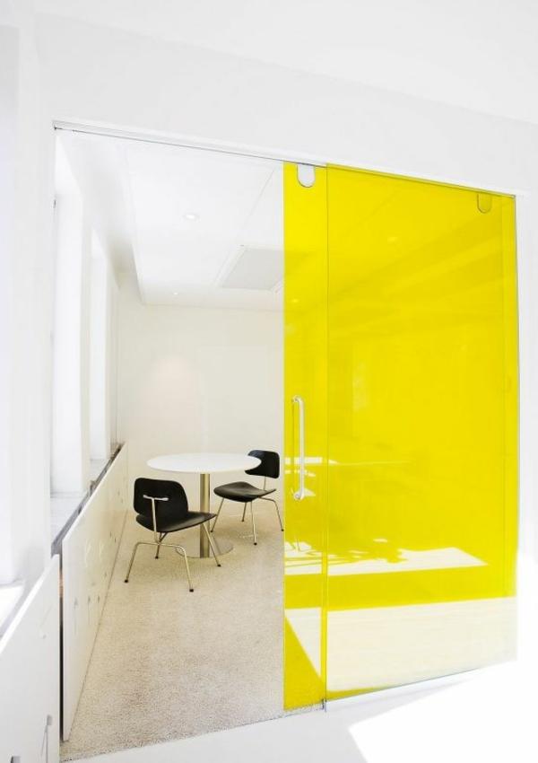 faszinierende-glastür-in-greller-gelber-farbe-innentüren-design